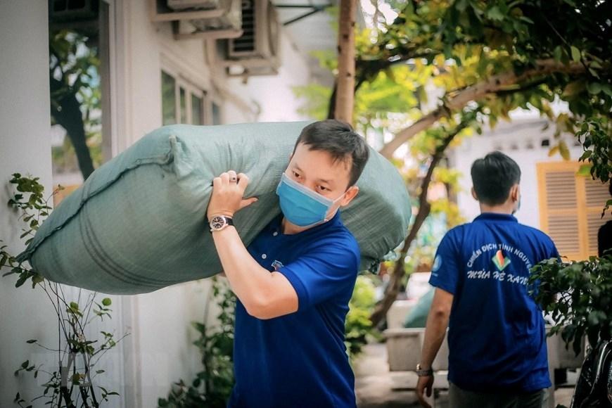 Các chiến sỹ tình nguyện Mùa Hè Xanh Thành phố Hồ Chí Minh năm 2021 vận chuyển thiết bị y tế và nhu yếu phẩm để gửi đến quận Gò Vấp trong phòng chống dịch COVID-19. (Ảnh: Hồng Giang/TTXVN)