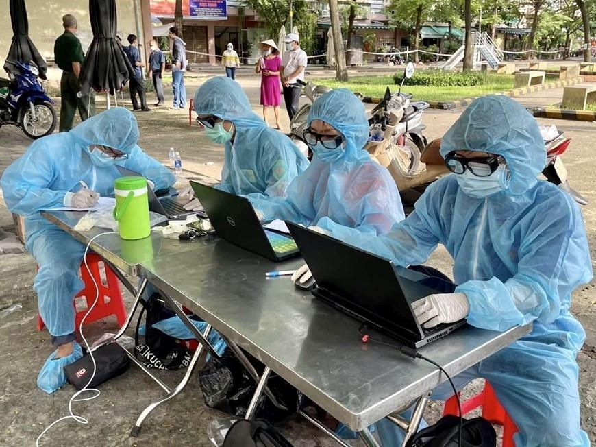 Đoàn viên thanh niên thực hiện công tác nhập liệu tại một điểm xét nghiệm COVID-19 ở quận Tân Phú (TP Hồ Chí Minh). (Ảnh: Hồng Giang/TTXVN)