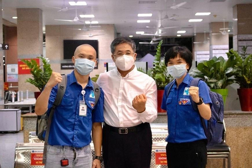 Bác sỹ Đặng Minh Hiệu - Khoa Gây mê Hồi sức (ngoài cùng bên trái) và bác sỹ Huỳnh Trương Nguyệt Anh - Khoa Chấn thương Chỉnh hình (ngoài cùng bên phải) Bệnh viện Đại học Y dược Thành phố Hồ Chí Minh xuất phát đến Bắc Giang hỗ trợ chống dịch COVID-19. Đây là một trong hàng nghìn bạn trẻ là đoàn viên thanh niên, sinh viên y khoa trên địa bàn đã đăng ký tình nguyện vào đội xung kích chống dịch, đến hỗ trợ các y, bác sỹ, ngành chức năng địa phương trong công tác xét nghiệm, tuyên truyền và hậu cần. (Ảnh: TTXVN phát)
