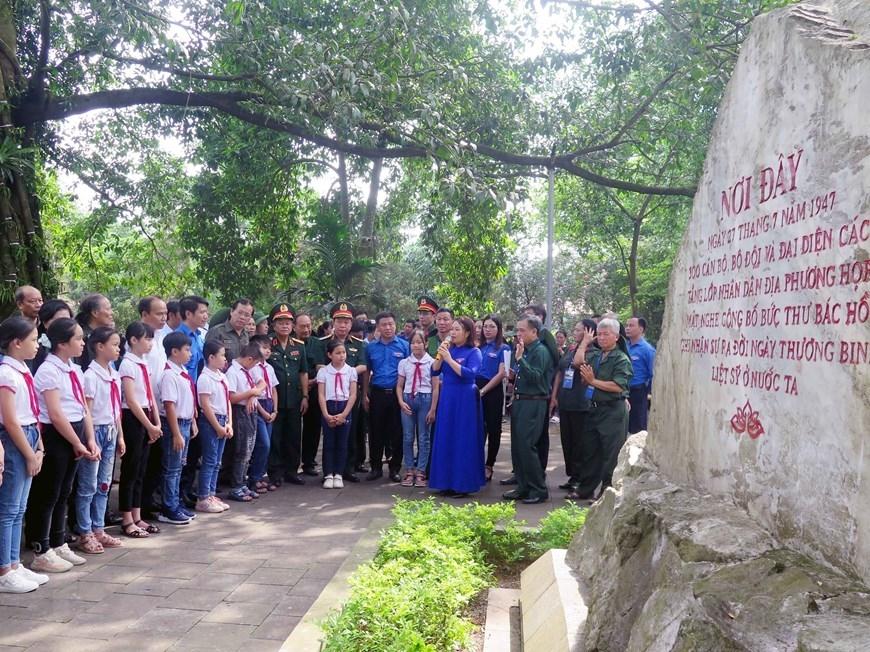 Các cựu thanh niên xung phong đến từ 63 tỉnh, thành phố trong cả nước cùng thiếu nhi Thái Nguyên tham quan Khu Di tích lịch sử Quốc gia 27/7. (Ảnh: Thu Hằng/TTXVN)