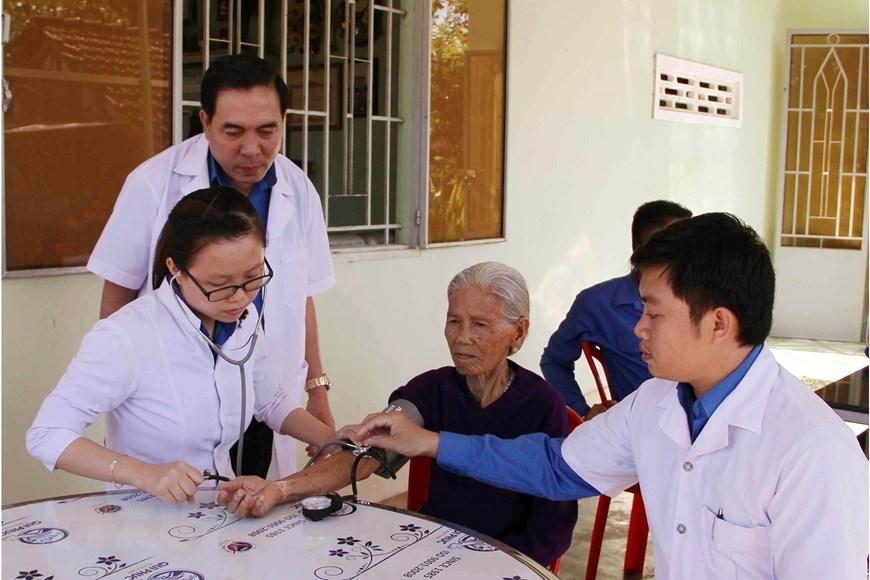 Hội thầy thuốc trẻ tỉnh Ninh Thuận khám bệnh miễn phí cho cựu thanh niên xung phong ở huyện Ninh Sơn. (Ảnh: Công Thử/TTXVN)