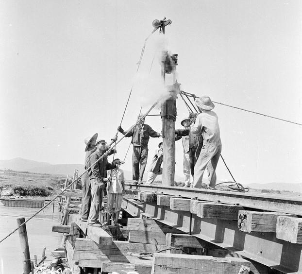 Đội cầu 203 tuyến đường X nhiều lần khẩn trương tới những điểm máy bay địch đánh phá để kịp thời giải quyết hậu quả. (Ảnh: Văn Sắc/TTXVN)