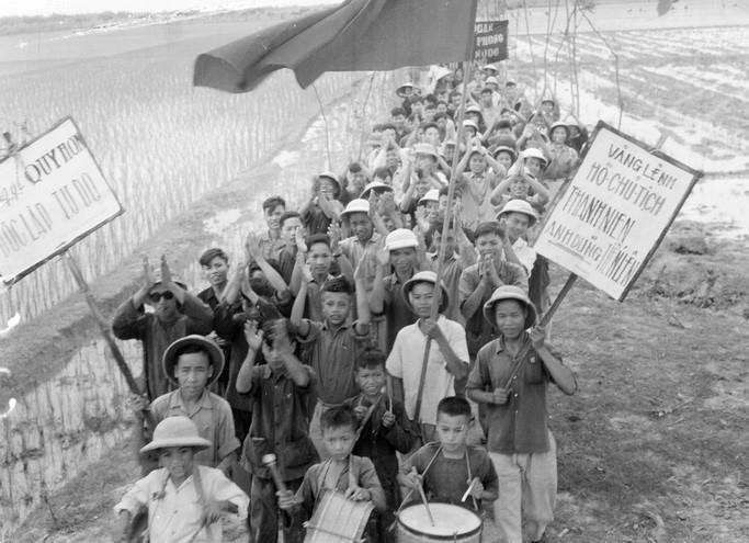 Thanh niên xã Chi Lăng, huyện Tiên Hưng (Thái Bình) nô nức lên đường tòng quân diệt Mỹ (1967). (Ảnh: Nguyễn Hoàn/TTXVN)