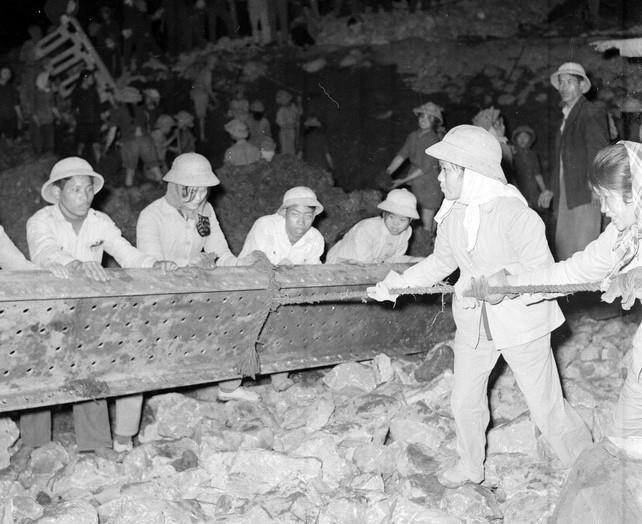 Thanh niên xung phong đơn vị 702-703 phục vụ trên tuyến đường X. Hải Phòng đã dũng cảm khắc phục những khó khăn do địch gây ra, luôn đảm bảo giao thông thông suốt liên tục (1/1968). (Ảnh: Minh Trường/TTXVN)