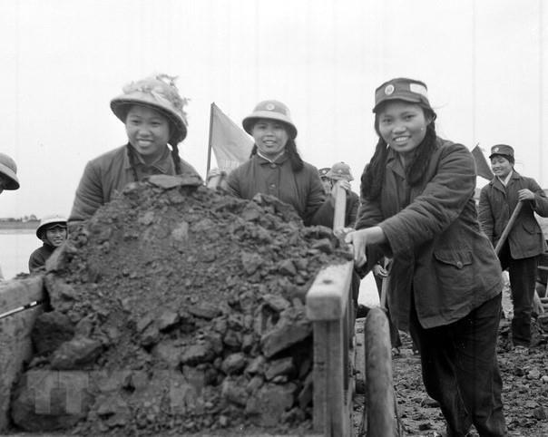 Thanh niên xung phong đơn vị quyết thắng Yên vực (Hoàng Long, Hoằng Hoá, Thanh Hóa) dũng cảm trong sản xuất và chiến đấu, xung phong gương mẫu trong mọi công tác, được công nhận là Đoàn viên 4 tốt, Dân quân 2 giỏi (9/1967). (Ảnh: Hữu Thứ/TTXVN)