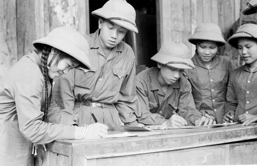 Thanh niên xung phong chống Mỹ, cứu nước Đội 32 ký Quyết tâm thư. (Ảnh: Đức Liên/TTXVN)