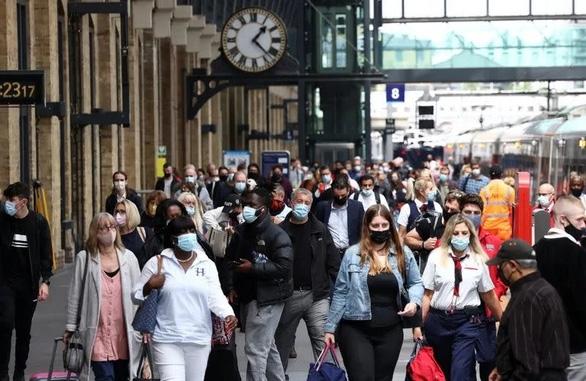 Người dân đeo khẩu trang khi đi bộ dọc sân ga King's Cross ngày 12/7 trong bối cảnh dịch COVID-19 bùng phát ở thủ đô London, Anh. Ảnh: Reuters