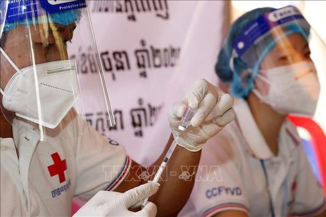 Nhân viên y tế tiêm vaccine ngừa COVID-19 cho người dân tại Phnom Penh, Campuchia, ngày 8/7/2021. Ảnh: THX/TTXVN