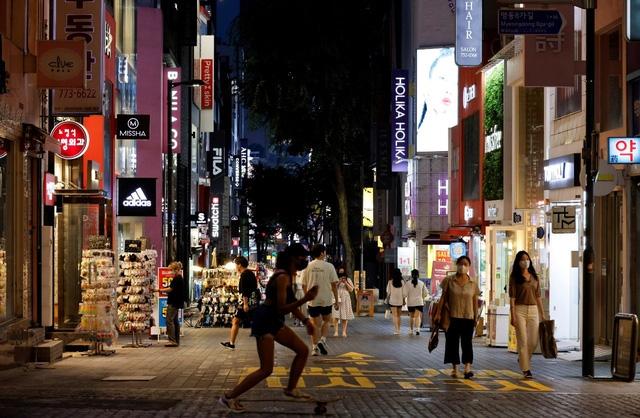 Tình hình COVID-19 chuyển biến xấu, Seoul áp lệnh giãn cách xã hội nghiêm ngặt hơn để ngăn dịch. Ảnh: Reuters