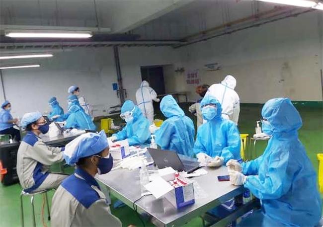 Trung tâm Y tế quận Liên Chiểu tổ chức lấy mẫu xét nghiệm tại Công ty Điện tử Việt Hoa (Khu công nghiệp Hòa Khánh, quận Liên Chiểu, TP. Đà Nẵng)