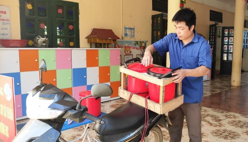 Thầy giáo Ngân Văn Tùng, Trường Mầm non Thành Sơn chuẩn bị đưa cơm vào điểm lẻ cho các con ăn bán trú