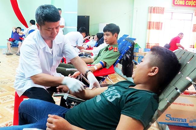 Một thanh niên DTTS tham gia hiến máu tình nguyện trong Lễ hội Xuân hồng năm 2020 tổ chức tại huyện Khánh Vĩnh