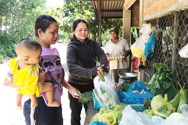 Vợ chồng anh Phích, chị Ghịn là gia đình tiêu biểu trong phong trào hiến máu tình nguyện xã Khánh Thành. (Ảnh chụp trước ngày 27/4/2021)