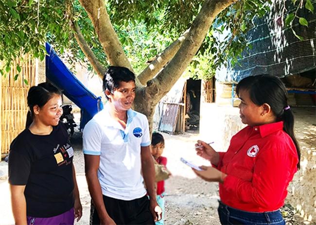 Vợ chồng anh Đức, chị Liễu trao đổi với lãnh đạo Hội Chữ thập đỏ xã Khánh Trung về đợt tham gia hiến máu sắp tới. (Ảnh chụp trước ngày 27/4/2021)
