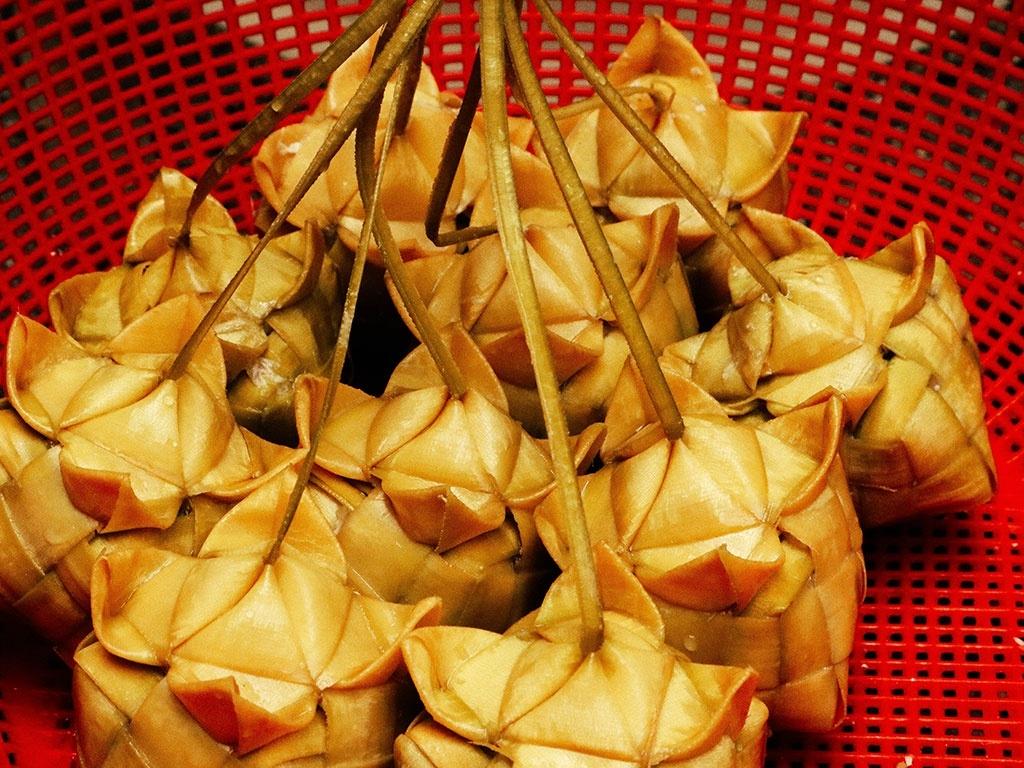 Bánh ka tum được gói bằng lá thốt nốt non