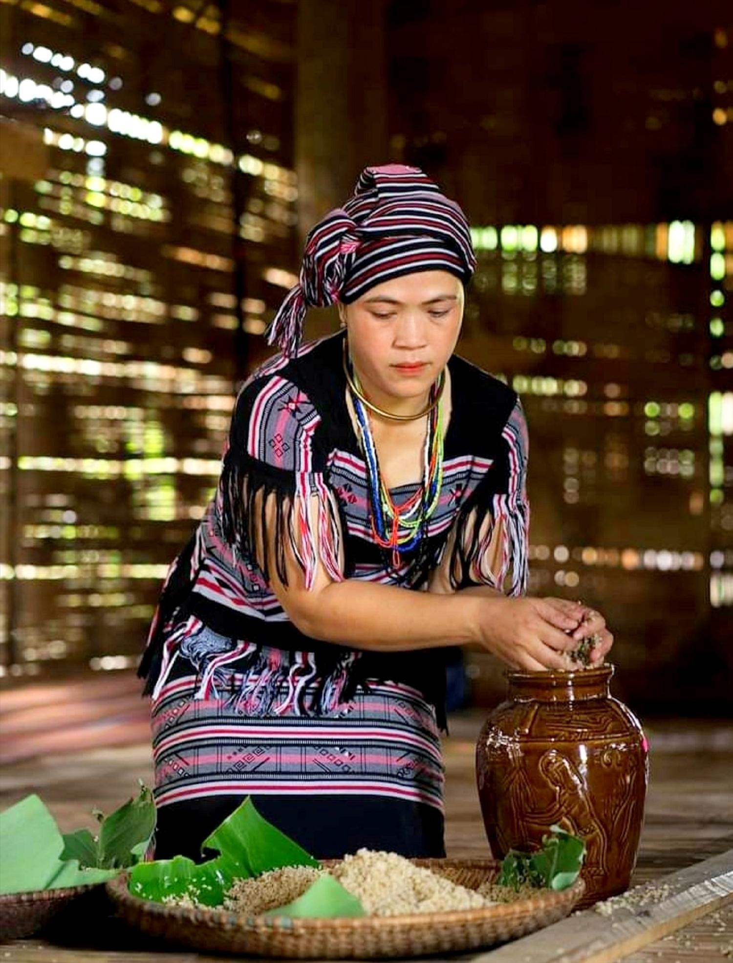 Phụ nữ Làng Teng vẫn giữ bí quyết làm rượu cần truyền thống