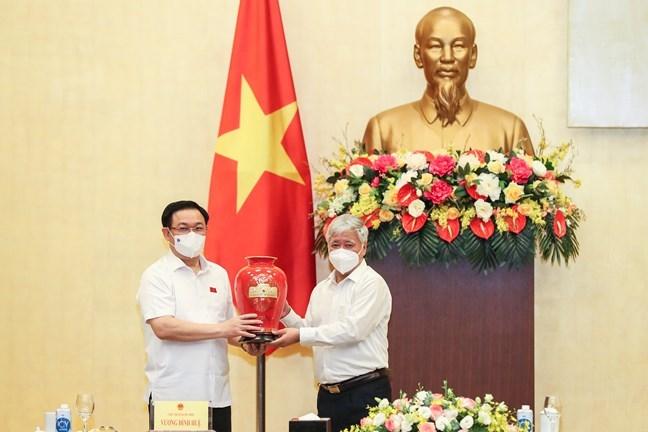 Chủ tịch Quốc hội Vương Đình Huệ tặng quà Chủ tịch Ủy ban Trung ương MTTQ Việt Nam Đỗ Văn Chiến