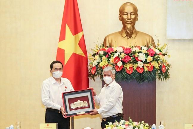 Phó Chủ tịch Thường trực Quốc hội Trần Thanh Mẫn tặng quà Chủ tịch UBTƯ MTTQ Việt Nam