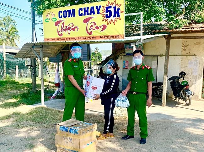 Chị Linh cũng trao các nhu yếu phẩm cho lực lượng Công an tại các chốt phòng, chống dịch