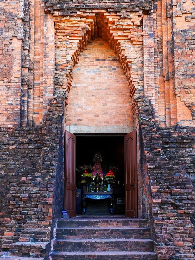 Cửa vào khu thờ tiên nữ Thiên Y Ana