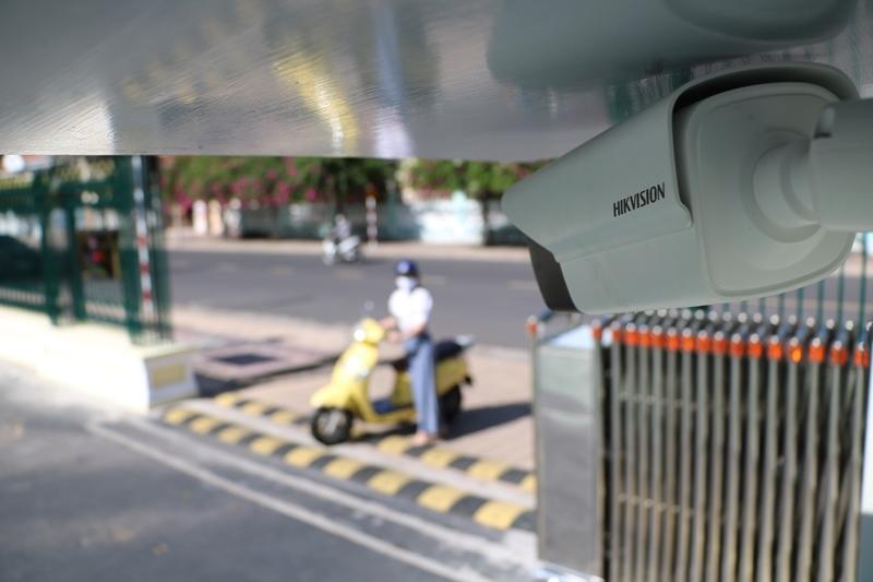 Camera được đặt ngay cổng, kiểm soát người ra vào trụ sở làm việc PTC3.