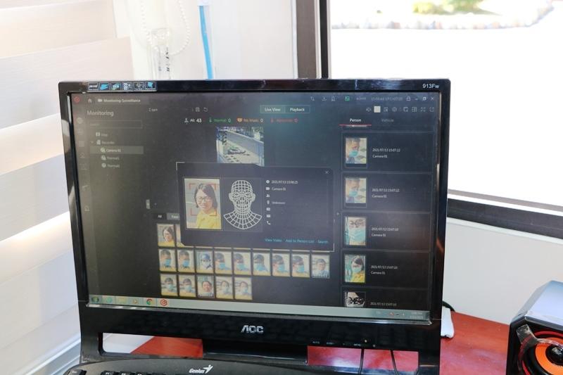 Hình ảnh người ra vào trụ sở được nhận biết và truyền đến màn hình tại phòng trực bảo vệ.