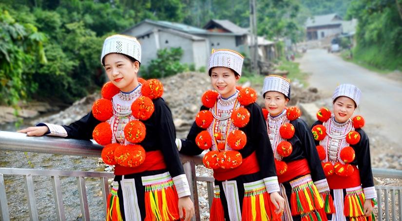 Phụ nữ Dao đỏ thôn Bản Lục, xã Đà Vị, huyện Na Hang, tỉnh Tuyên Quang trong trang phục truyền thống