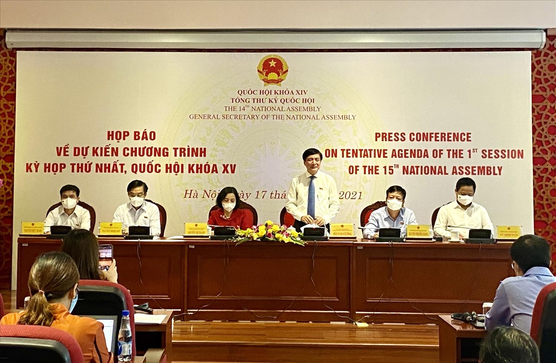Ông Bùi Văn Cường, Tổng Thư ký, Chủ nhiệm Văn phòng Quốc hội trả lời câu hỏi của các phóng viên tại buổi họp báo