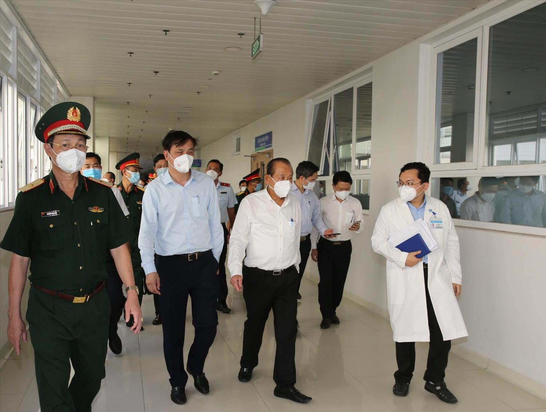 Phó Thủ tướng Thường trực Chính phủ Trương Hòa Bình thăm Bệnh viện Hồi sức COVID-19 1.000 giường. Ảnh: VGP/Mạnh Hùng