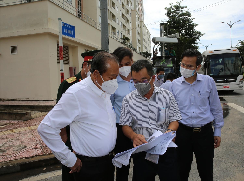 Phó Thủ tướng Thường trực Chính phủ Trương Hòa Bình cùng lãnh đạo TPHCM đến thăm, kiểm tra Bệnh viện dã chiến thu dung điều trị COVID-19 số 6. Ảnh: VGP/Mạnh Hùng