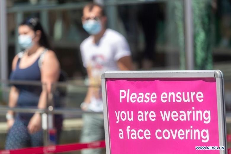 Biển khuyến cáo người dân đeo khẩu trang tại Vòng quay quan sát Mắt London (London Eye) ở thủ đô London (Anh), ngày 16/7/2021. (Ảnh: Xinhua)