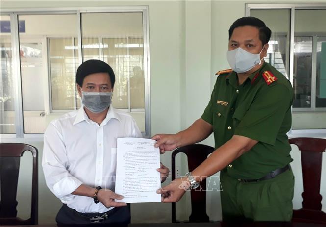 Lương y Hoàng Hà Vũ nhận Quyết định xử phạt của Công an tỉnh Sóc Trăng