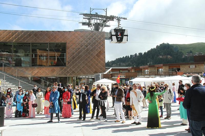 Nhiều du khách đi nghỉ hè ở La Plagne đã tới thăm Lễ hội Việt Nam