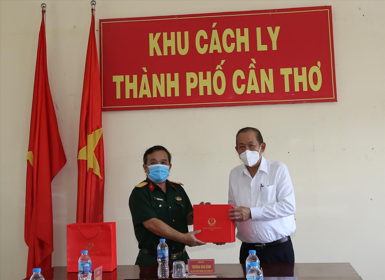 Phó Thủ tướng Thường trực Chính phủ Trương Hòa Bình tặng quà cán bộ Khu cách ly 1, TP .Cần Thơ. Ảnh: VGP/Mạnh Hùng