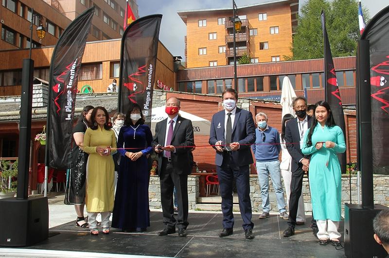 Đại sứ Đinh Toàn Thắng và Thị trưởng Jean-Luc Boch cắt băng khai mạc lễ hội
