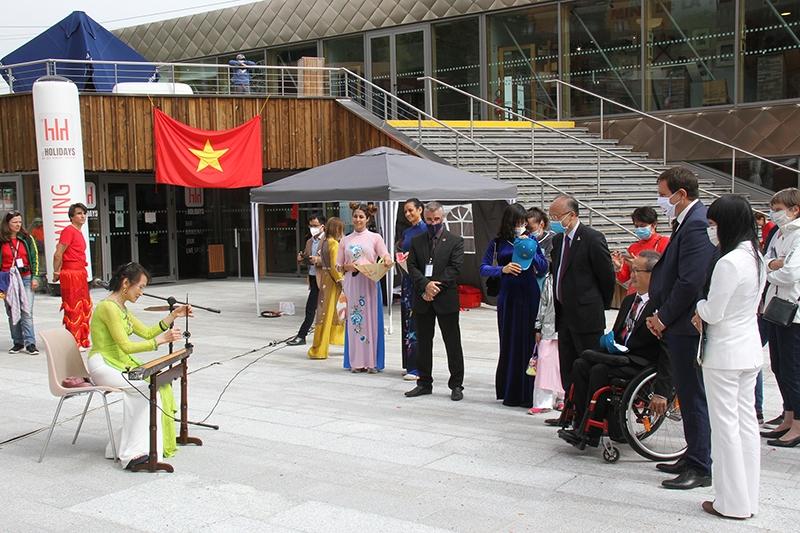 Biểu diễn đàn bầu tại lễ khai mạc