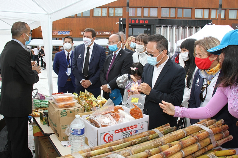 Giới thiệu các sản phẩm Việt Nam tại lễ hội