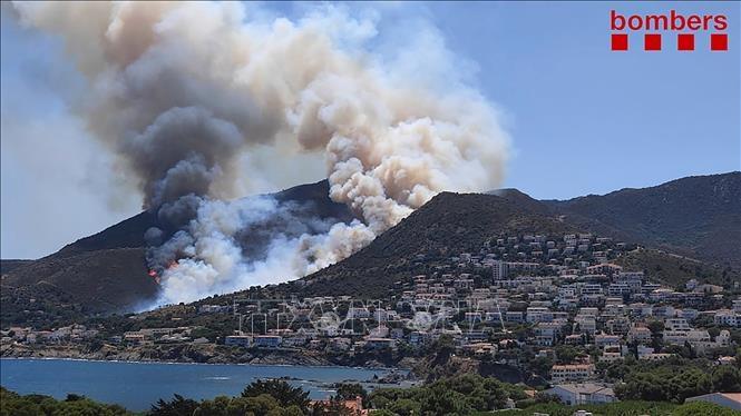 Khói bốc lên từ các đám cháy rừng tại Costa Brava, Tây Ban Nha, ngày 17/7/2021. Ảnh: AFP/TTXVN