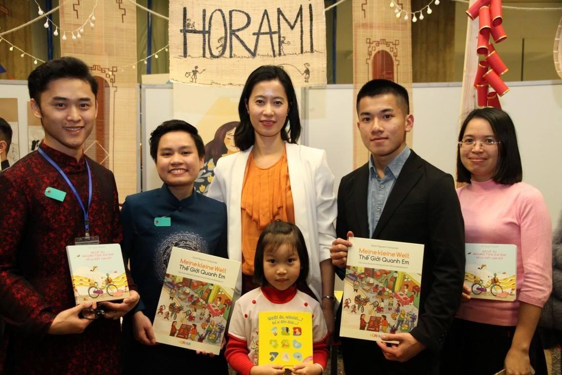 Học viện HORAMI của chị Hạnh Nguyễn Schwanke (giữa) đồng hành với các bạn trẻ trong hành trình tiếng Việt thông qua các cuốn sách như từ điển Meine kleine Welt/Thế giới quanh em. (Ảnh: NVCC)