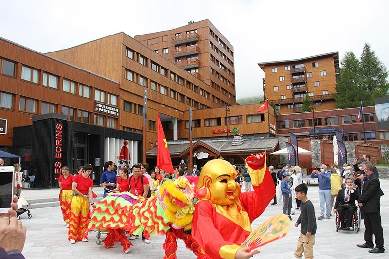 Quảng trường trung tâm thị trấn La Plagne sôi động với các màn trình diễn văn hóa Việt Nam