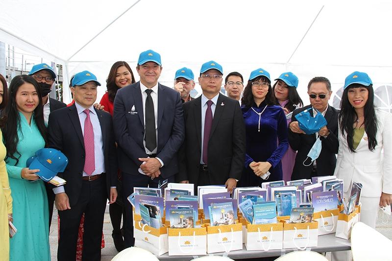 Các đại biểu thăm gian trưng bày của Vietnam Airlines