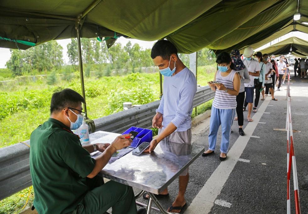 Mọi người dân vào tỉnh Quảng Ninh đều phải khai báo y tế điện tử, kiểm tra có giấy xét nghiệm âm tính với virus Sars-CoV-2, hoặc xuất trình chứng nhận đã được tiêm vắc xin ngừa Covid-19