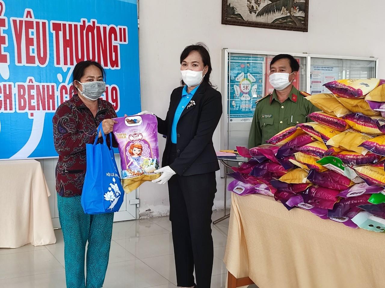 Người dân đến nhận quà hỗ trợ tại Hội LHPN Việt Nam TP. Cần Thơ
