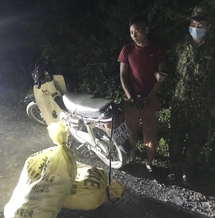 Đối tượng Trương Văn Dung cùng tang vật 71,5kg pháo nổ các loại. Ảnh: Anh Tuân