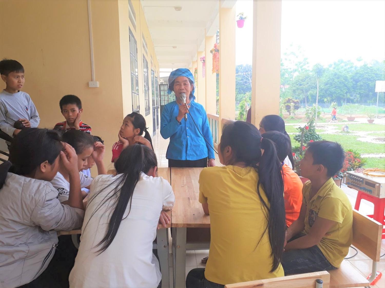 Nghệ nhân văn hóa được nhà trường mời đến truyền dạy hát Then cho học sinh Nghĩa Đô.