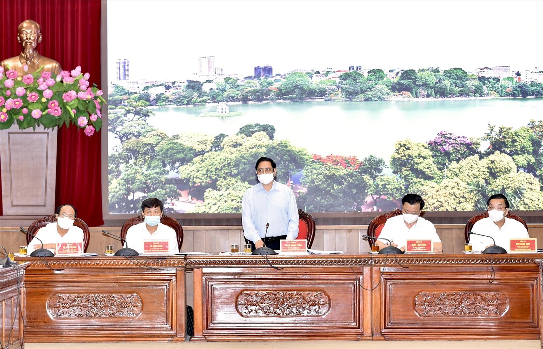 Thủ tướng Phạm Minh Chính: Đặt mục tiêu chăm sóc, bảo vệ sức khỏe, tính mạng của người dân là trên hết, trước hết. Chúng ta quyết tâm bảo vệ Thủ đô của chúng ta không bị diễn biến xấu. Những nơi nào an toàn thì vừa phòng chống dịch, vừa tổ chức sản xuất cho tốt, chống dịch để sản xuất, sản xuất để chống dịch. Ảnh VGP/Nhật Bắc