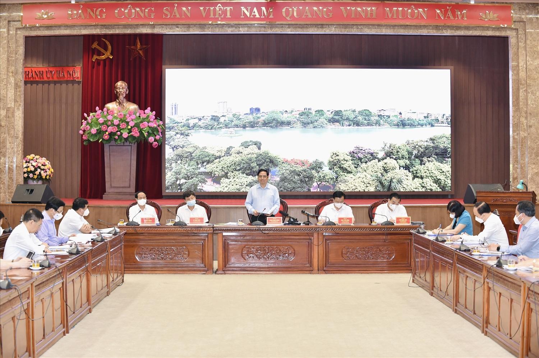 Thủ tướng Chính phủ Phạm Minh Chính làm việc với lãnh đạo Thành phố Hà Nội về công tác phòng chống dịch bệnh COVID-19, thúc đẩy sản xuất kinh doanh, phát triển KT-XH. Ảnh VGP/Nhật Bắc