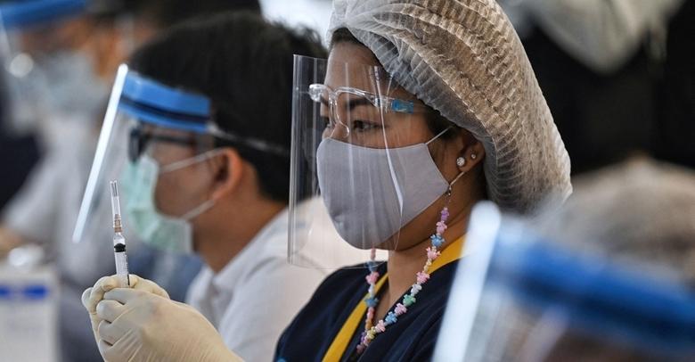 Tiêm vaccine phòng COVID-19 tại sân bay quốc tế Suvarnabhumi ở Bangkok, Thái Lan, ngày 28/4/2021. (Ảnh: AFP)