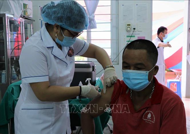 Người dân biên giới xã Huổi Luông, huyện Phong Thổ, tỉnh lai Châu được tiêm vaccine phòng COVID-19