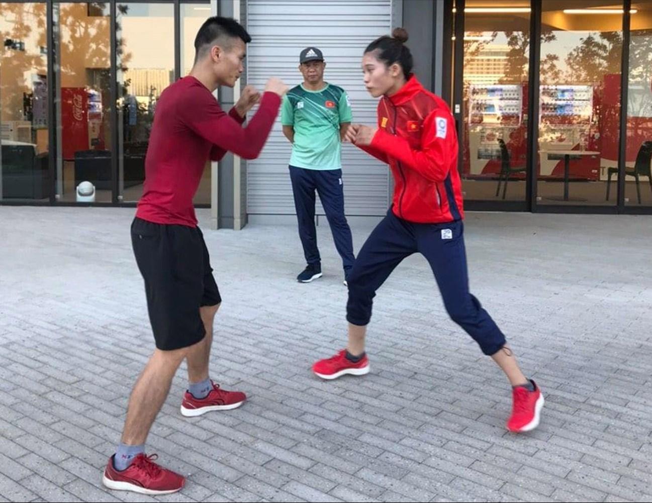 Các vận động viên Boxing tranh thủ tập ngay ngoài trời
